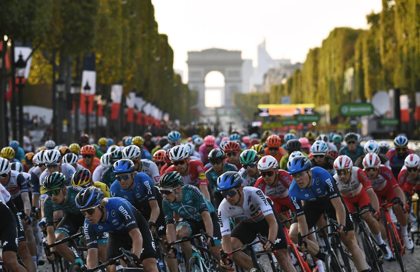Het peloton op de Champs-Élysées.