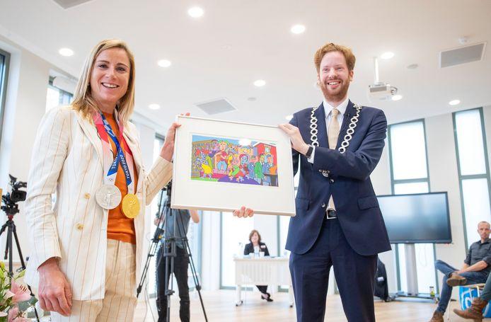 Namens de gemeente Wageningen gaf burgemeester Floor Vermeulen Annemiek van Vleuten een werk van Toine de Vos.