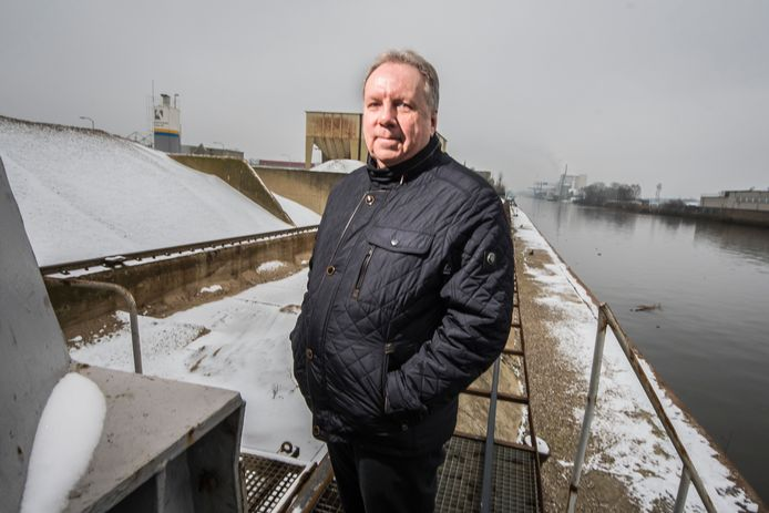 Armin Krien bij de kade van de Zandmaatschappij Twenthe. In mei moet hier voor het eerst zijn schip de MBS Paul aanmeren.