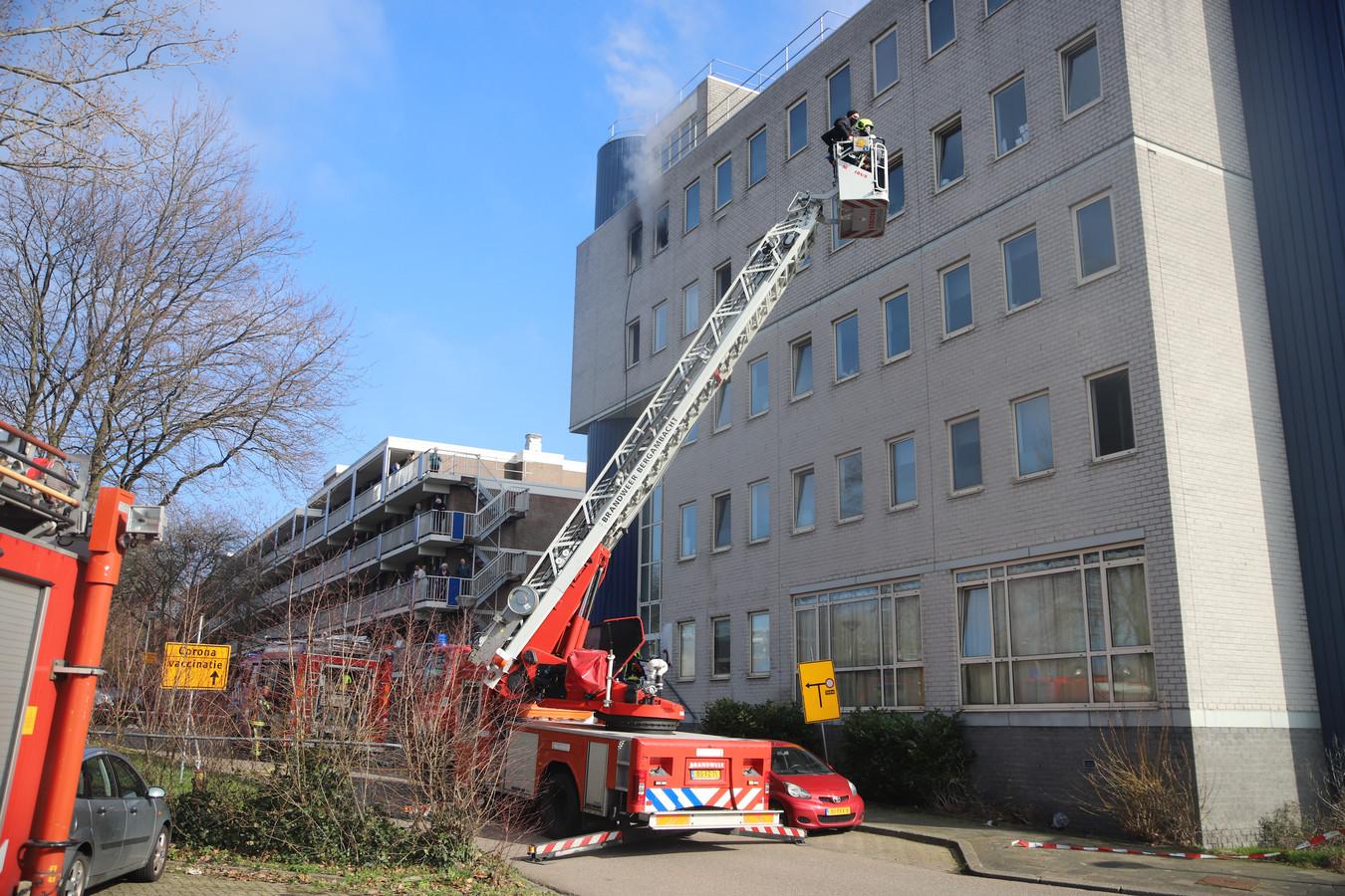 In een appartementencomplex aan de Heuvellaan in Gouda brak maandag twee keer brand uit.