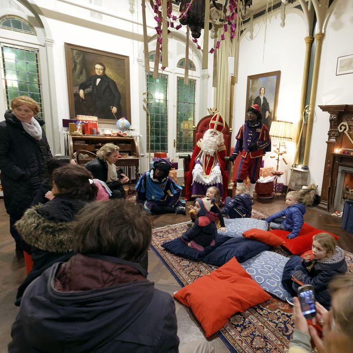 Sinterklaas op bezoek in kasteel Stapelen in 2017.