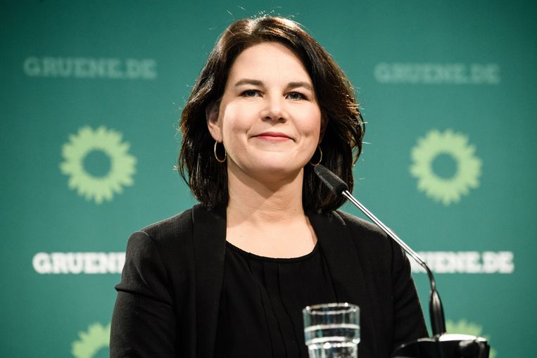 Annalena Baerbock tijdens een persconferentie.  Beeld EPA