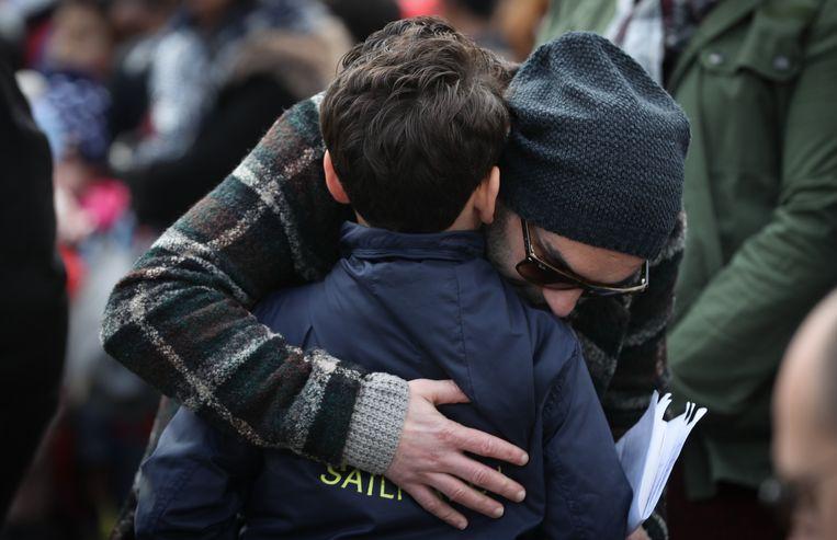 Mohamed El Bachiri met zijn familie op het herdenkingsmoment in Molenbeek, waar het Loubna Lafquiri-plein werd ingehuldigd.