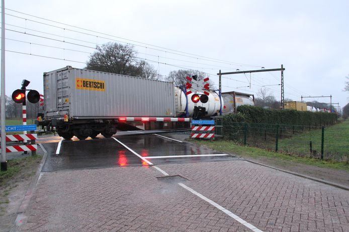 Een goederentrein blokkeert de spoorwegovergang.