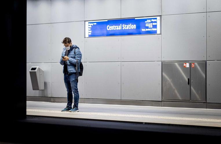 In de metrostations van Amsterdam geen reclame meer voor producten en diensten die draaien op fossiele brandstof. Beeld EPA