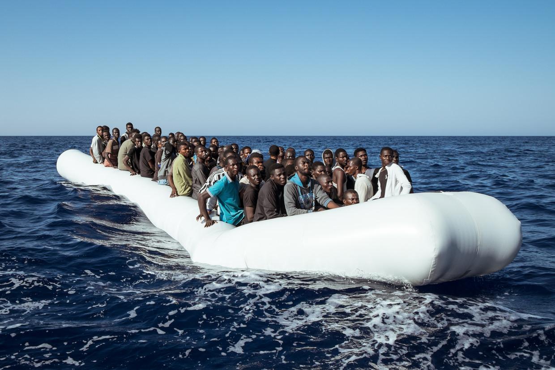 Een rubberen boot met 120 vluchtelingen, in 2016 gevonden op 37 kilometer van de Libische kust. Beeld NurPhoto via Getty Images