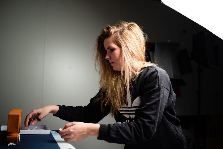 Beeldredacteur Hilde Harshagen aan het werk in studio V op de redactie van de Volkskrant. Beeld Katja Poelwijk / de Volkskrant