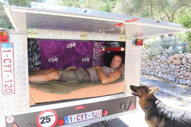 Hij knutselde zelf een speciale laadkoffer in elkaar mét slaapruimte, die hij achterop z'n tractor monteerde.