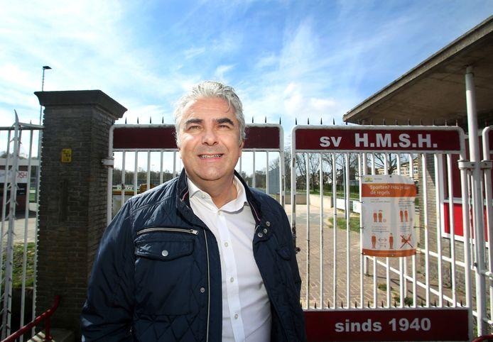 Hans Douw bij een van de meest iconische toegangen van het Haagse voetbal: het hek van HMSH.