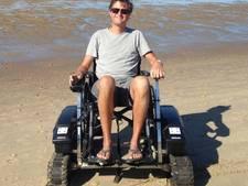Met de rolstoel in de strandrolstoel op het strand in Domburg