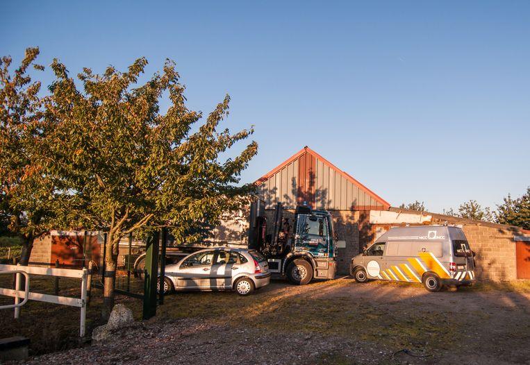 De loods achter de aspergekwekerij, waar een plantage met ruim 9000 stekken werd opgezet. In een nabijgelegen stal werd ook een XTC-labo geïnstalleerd.