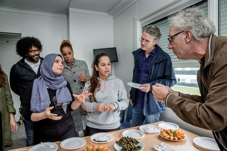 De Syrische vluchteling Hannah verwelkomde bezoekers in het azc met hapjes uit haar thuisland. Beeld Jean-Pierre Jans