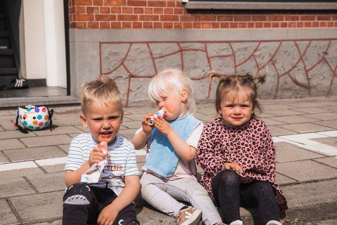 Abel, Jeanne en Anna genieten dan weer tussendoor van een ijsje op de stoep.