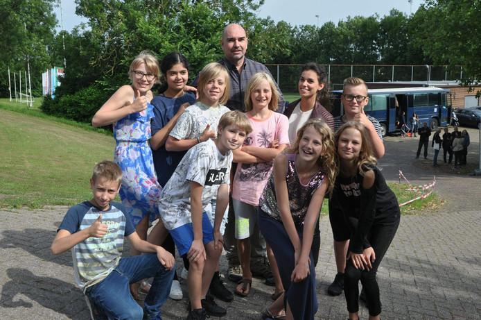 Leerlingen van groep 7 en 8 van de Markenburgschool in Geervliet gingen op de foto met acteur Cees Geel, die brigadier Stan Vroom speelt in Flikken Rotterdam.