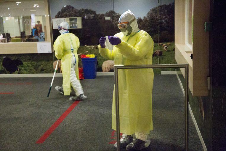 Medewerkers van het Albert Schweitzer ziekenhuis in Dordrecht, uitgerust in beschermende pakken. Beeld anp