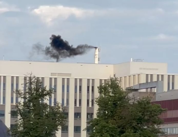 Zwarte rook bij het nieuwe gebouw van het Radboudumc, afkomstig van de noodstroominstallatie die wordt getest.