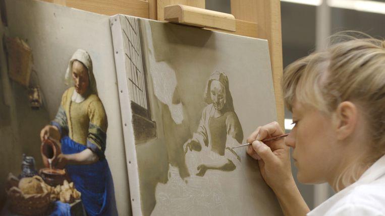 Lisa Wiersma waagde zich ook al eens aan een reconstructie van het Melkmeisje van Vermeer.  Beeld AVROTROS