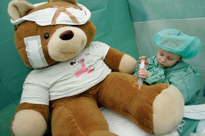 In Bodegraven raakte donderdag een kindje gewond bij het zwembad, in Gouda werd die dag een kind aangereden. Wat moet je eigenlijk doen als omstander in zo'n situatie?