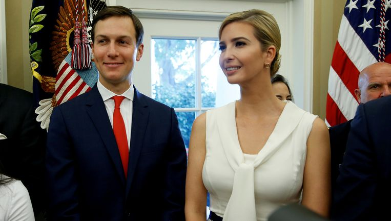 Jared Kushner en Ivanka Trump in het Oval Office van het Witte Huis. Beeld null
