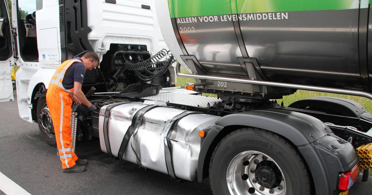 Dronken trucker na aanrijding op A1 door politie uit zijn cabine geplukt.