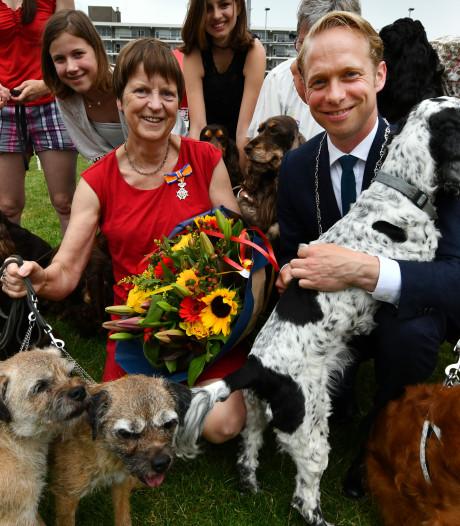 Elly Weijenborg krijgt lintje tussen de honden in Culemborg