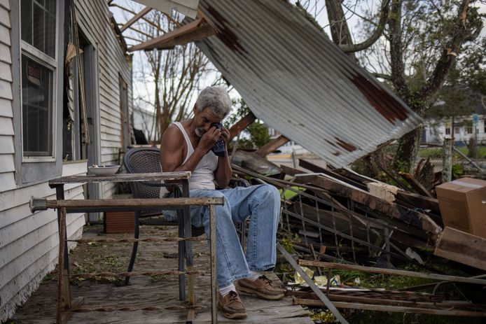 Bewoner Theophilus Charles (70) huilt nadat zijn woning in Houma zwaar beschadigd raakte.