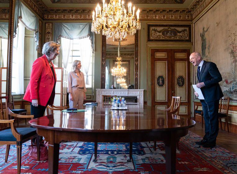 Verkenners Annemarie Jorritsma (VVD) en Kajsa Ollongren (D66) ontvangen Eerste Kamervoorzitter Jan Anthonie Bruijn voor een gesprek in de Stadhouderskamer. Jorritsma en Ollongren zoeken uit welke partijen een mogelijke coalitie kunnen vormen. Beeld ANP