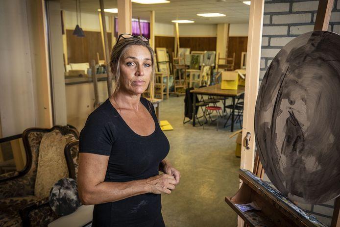 Manon Leeflang in haar nieuwe atelier- en cursusruimte in Overdinkel. Corona bezorgde haar extra stress tijdens de zoektocht. Vanwege de anderhalve meter-afstand begint ze in september met wat minder cursisten.