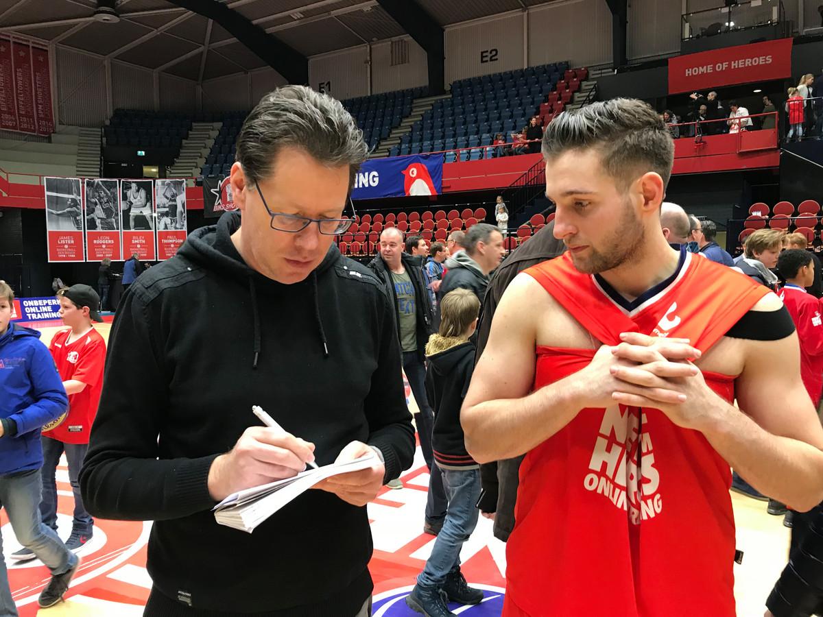 Jan Martens in gesprek met voormalig Heroes Den Bosch-basketballer Maarten Bouwknecht in sportcentrum De Maaspoort.