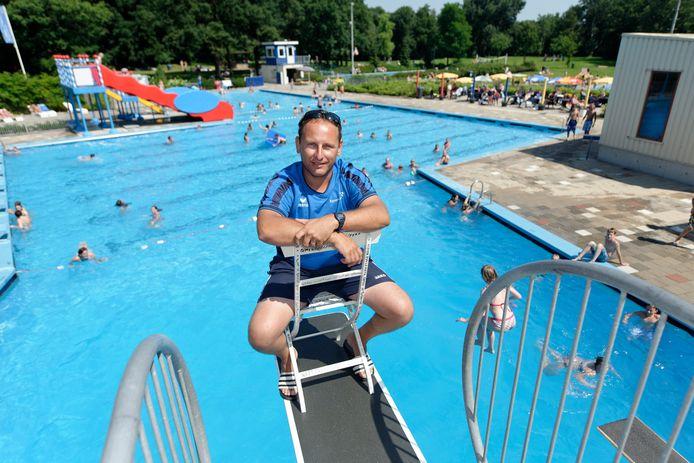 """Zwembadbaas Wilco Pinkert: """"Mensen hebben nog twee weken de tijd om te kijken of hun zwembroek of zwempak past."""""""