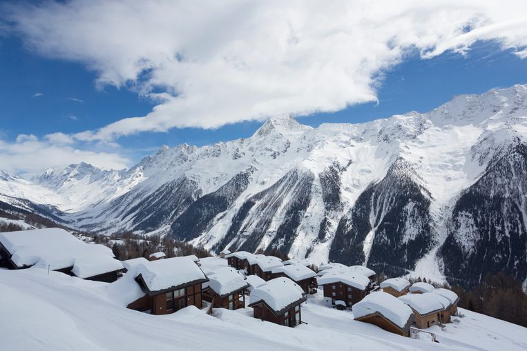 Bij skigebied Lauchernalp in het Lötschental zijn de chalets bedolven onder een dikke laag sneeuw.  Beeld Lex van den Bosch
