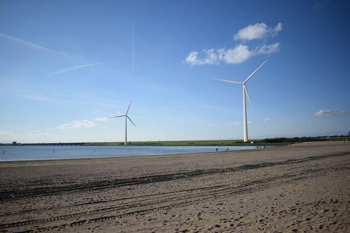 Een visualisatie van hoe het Quackstrand eruit komt te zien met de twee windmolens op de Haringvlietdam.