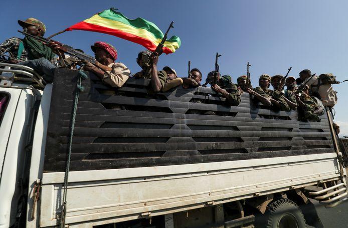 Militieleden in het noorden van Ethiopië onderweg naar het Tigray People's Liberation Front (TPLF), het lokale bestuur van Tigray. Dat ligt overhoop met de Ethiopische premier Abiiy Ahmed sinds het organiseren van lokale verkiezingen, in september, tegen de zin van de federale overheid.
