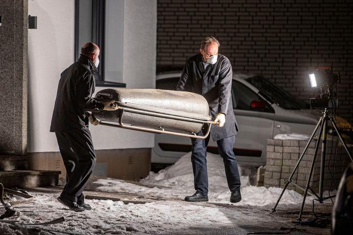Een lichaam wordt weggedragen uit de woning in Radevormwald. Het lijkt te gaan om een tragisch familiedrama.
