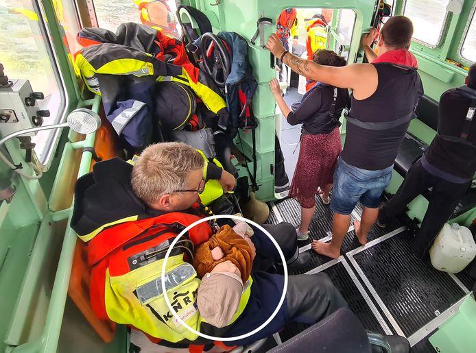De bemanning van de KNMR Urk ontfermt zich over de baby.