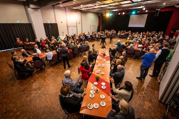 50- en 60-jarige bruidsparen brengen een toast uit met de burgemeester in Lieshout.