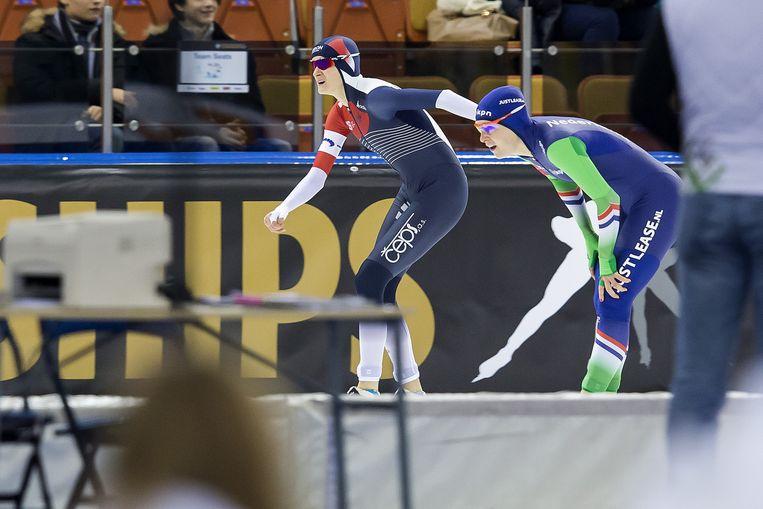 Sablikova en Wüst passeren de finish, slechts een honderdste na elkaar. Beeld PRO SHOTS
