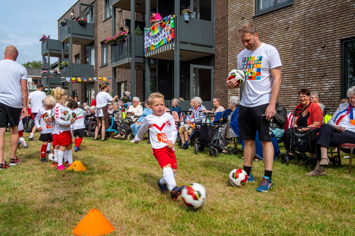 De jongste voetbaltalenten van Valleivogels vermaakten de oudste inwoners van Scherpenzeel tijdens de Nationale Voetbaldag.