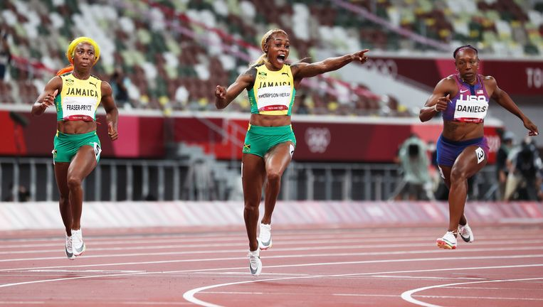Elaine Thompson-Herah viert haar gouden medaille: ze is de snelste op de 100m sprint. Beeld EPA