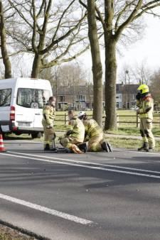 Motorrijder remt plots hard voor verkeerslicht, vier voertuigen botsen op elkaar in Ede