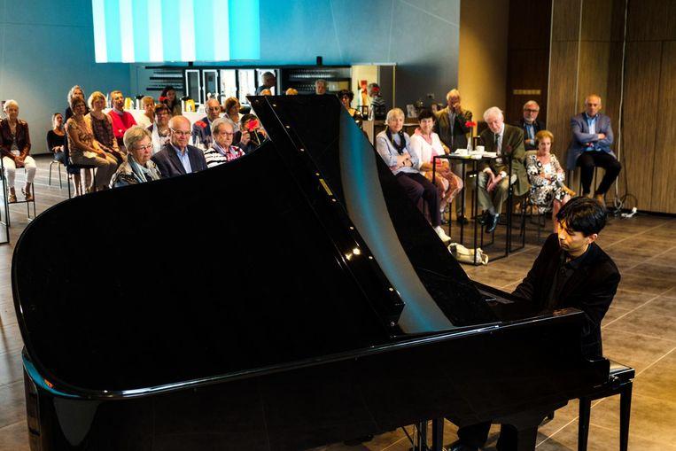 Pianist Kiyotaka Izumi geeft een miniconcert.