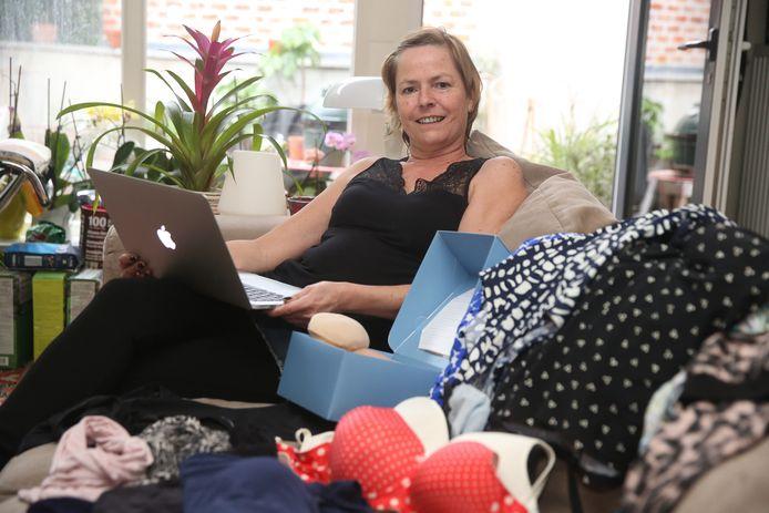 Mania van der Cam opent webshop met spullen voor kankerpatiënten.