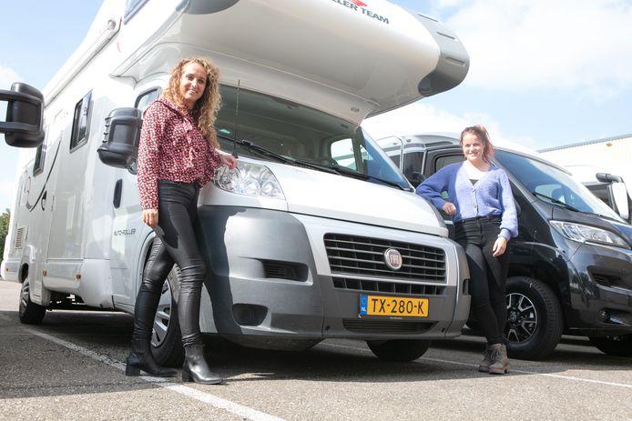 Linda de Boer (links) en Marije Pol zijn de organisatoren van de Camperbeurs in Hardenberg. Ook de jongere doelgroep weet de camper te vinden.