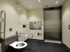 Hoe geld voor een gildehuis met toiletunit het dorp verdeelt