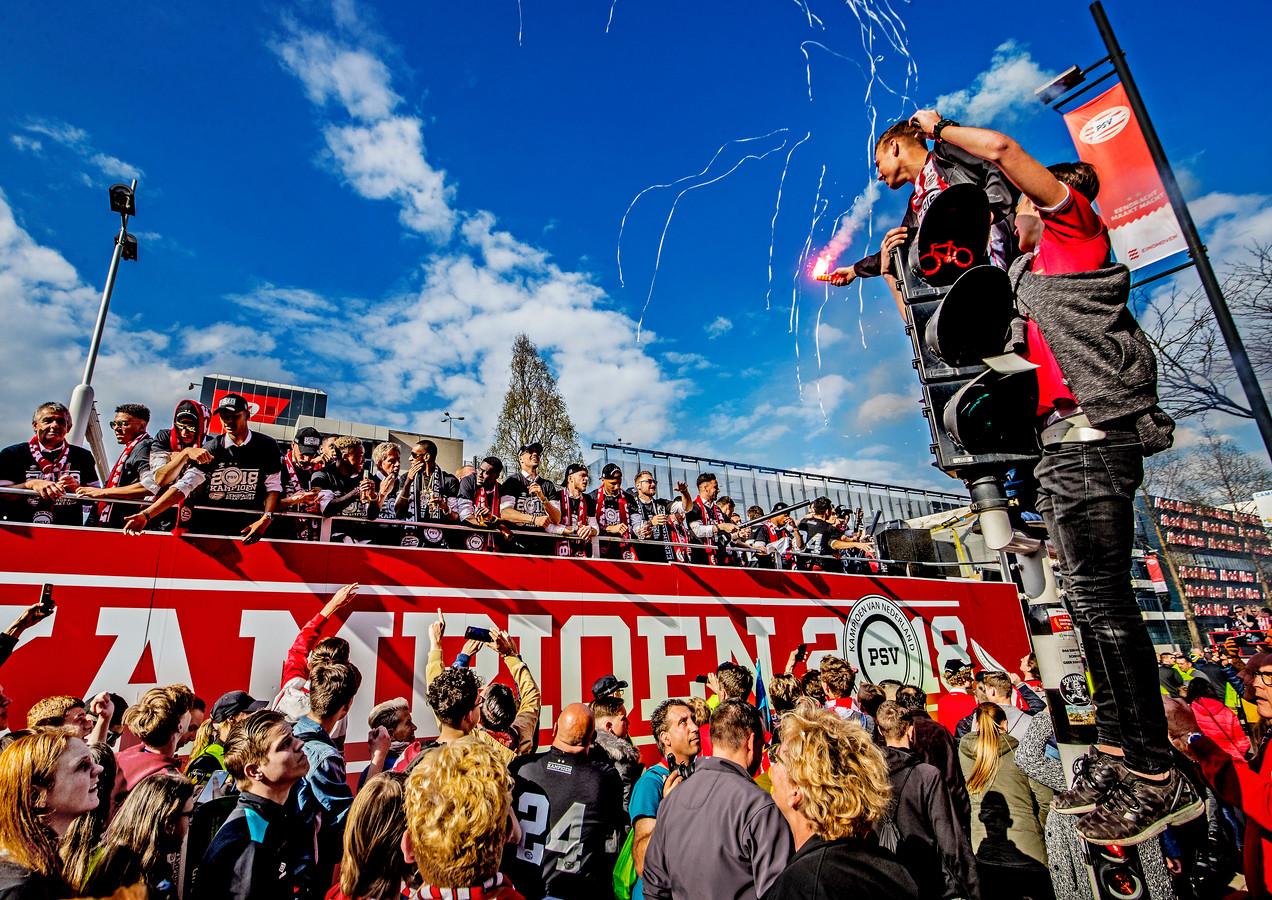 PSV is landskampioen 2017/2018 geworden en viert dit met een rondrit 'op de platte kar' door het centrum van Eindhoven. Foto Pim Ras