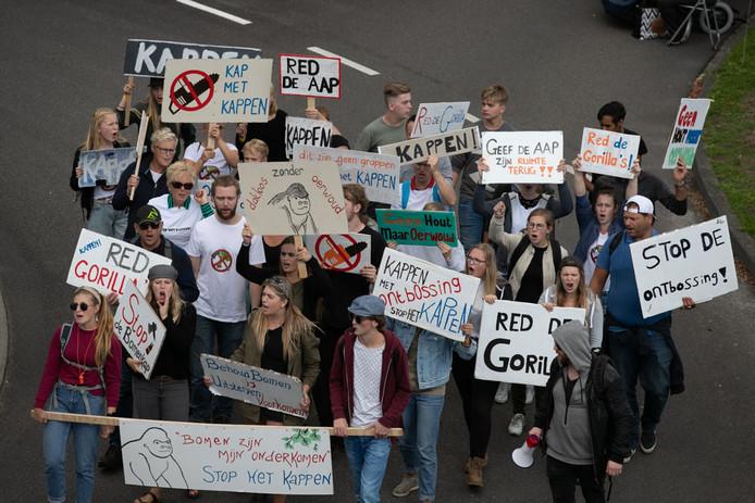 Figuranten van de groep Venomenaal protesteren tegen de ontbossing.