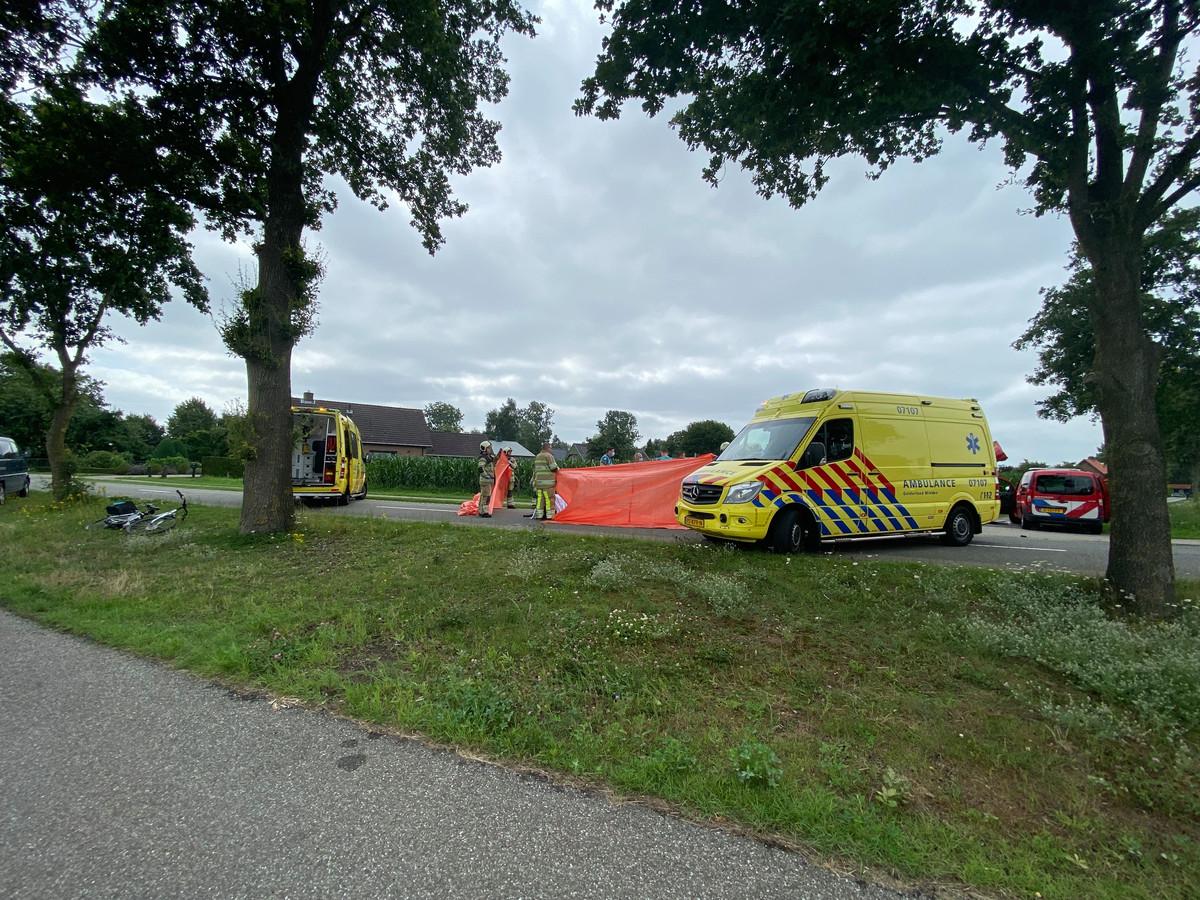 Hulpdiensten ontfermen zich over het slachtoffer in Lunteren.