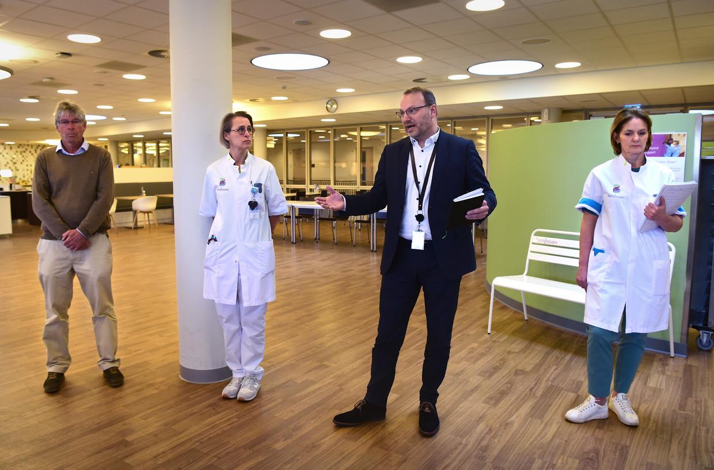 Ziekenhuis Bernhoven in Uden richt zich alleen nog op coronapatiënten. Directeur Geert van den Enden geeft staand een persconferentie, waarbij alle aanwezigen afstand houden.   Beeld Marcel van den Bergh / de Volkskrant