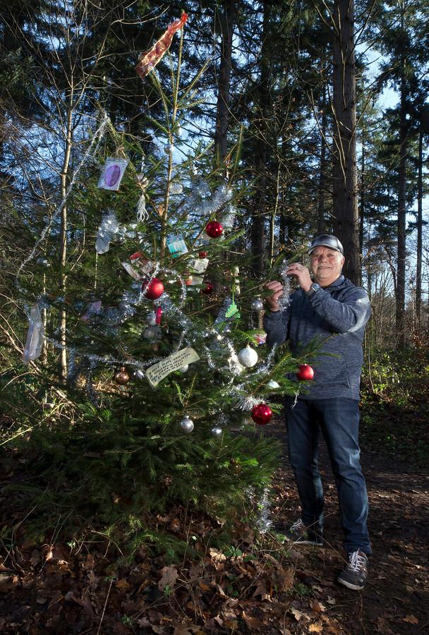 Henk Schlief bij de kerstboom