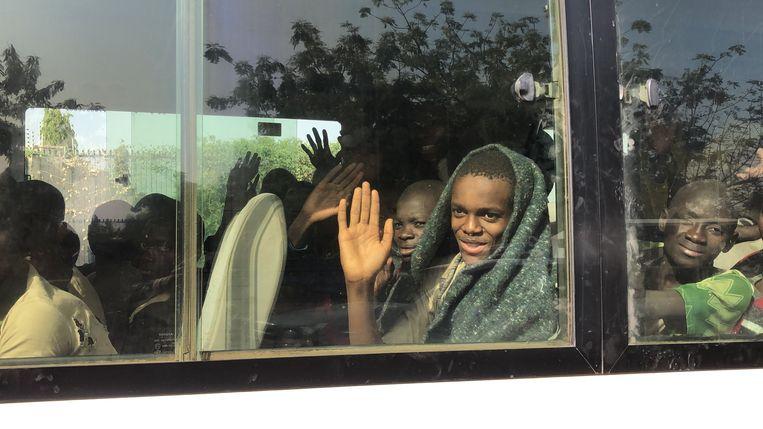 Een schooljongen zwaait opgelucht na zijn vrijlating. In december vorig jaar werden 520 scholieren in de Nigeriaanse deelstaat Katsina ontvoerd. Van hen werden er 344 na een paar dagen vrijgelaten.  Beeld AFP